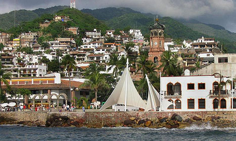 Puerto Vallarta at the foot of the Sierra Madre